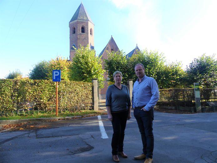 Marleen Vanlerberghe en Bart Van Thuyne aan de kerk van Grammene, die eventueel zou verkocht worden.