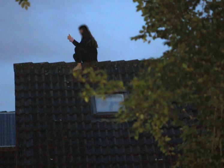 Video van de Dag | 'Hallo? Met de brandweer? Er zit hier een vrouw op het dak'
