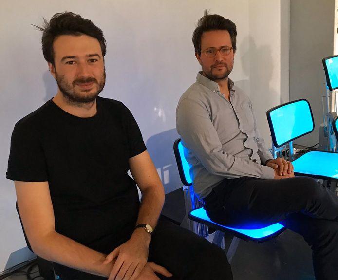 Mingus Vogel (links) en Justus Bruns (rechts) zitten op de Chairwave.