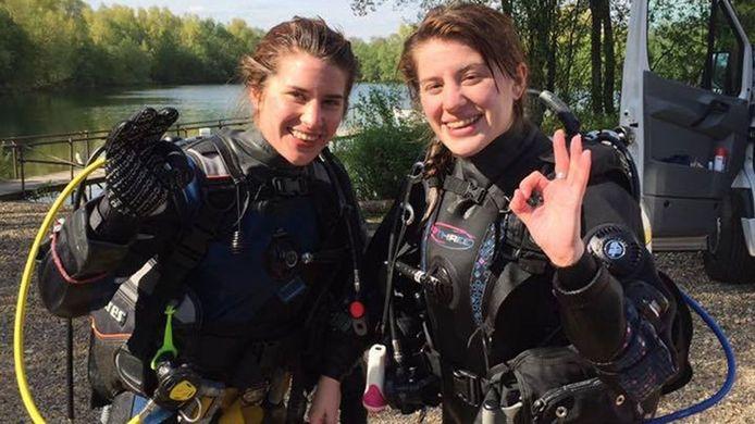 Melissa Laurie (links) werd gered door haar tweelingzus, Georgia