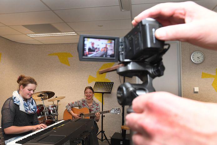 Opnames in het muzieklokaal van het Merletcollege in Cuijk voor de online Open Dag.