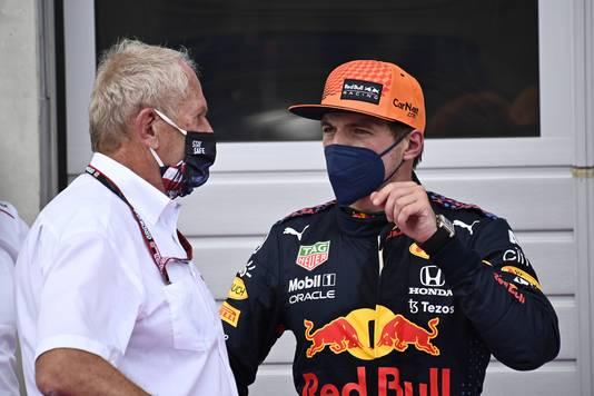 Helmut Marko (L) in gesprek met Max Verstappen.