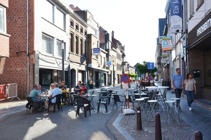 De Geraardsbergsestraat tijdens het weekend als 'terrasstraat' vorige zomer.
