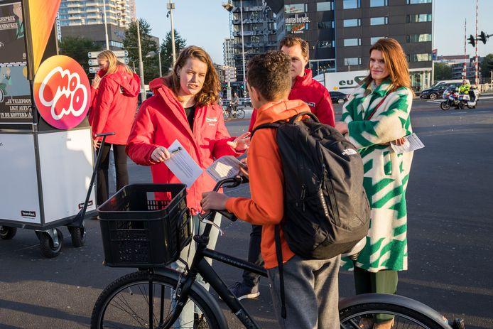 Een aantal bellende fietsers kon vanochtend op een standje rekenen van demissionair minister Barbara Visser (Verkeer, VVD), hier rechts op de foto.