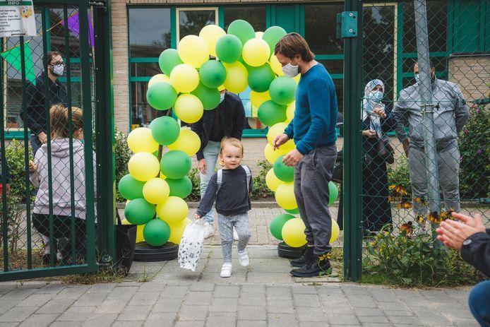 De ouders buiten de schoolpoort houden doe je zo: een ereboog van ballonnen waar alleen de kinderen onder kunnen.