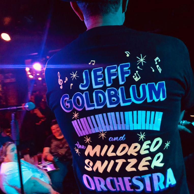 Om zijn album te promoten, draagt Goldblum vandaag een nergens te krijgen bandshirt.  Beeld Robin Broos