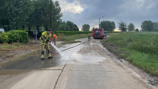 Brandweer ruimt modder op parcours BK wielrennen in Waregem na nachtelijk onweer