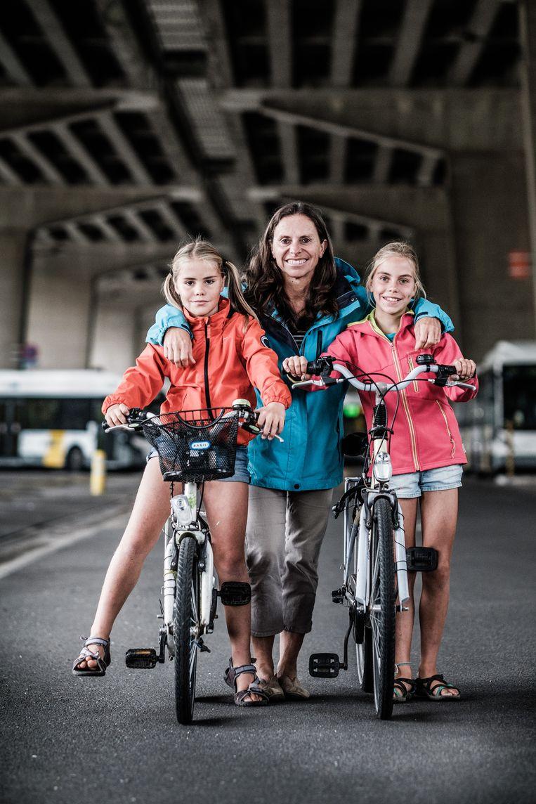 Isabel Mathijs woont samen met haar dochters vlak aan het E17-viaduct in Gentbrugge. 'Qua fietsveiligheid is het hier een ramp', vindt ze.  Beeld bob van mol