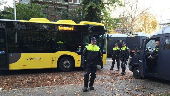 De bussen om Pegida-aanhangers veilig weg te brengen
