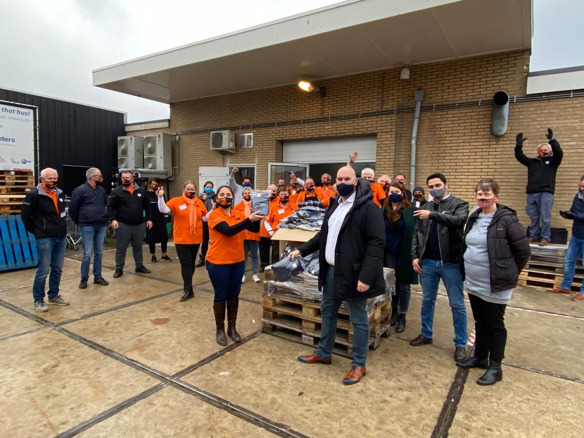 BREDA - Wethouder Boaz Adank levert de eerste lading mondkapjes af bij de Voedselbank aan de Koele Mei in Breda.