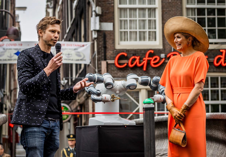 AMSTERDAM, 15-07-2021, Oudezijds Voorburgwal   Koningin Maxima heeft op de Oudezijds Achterburgwal in Amsterdam een 3D-geprinte brug geopend. Na de opening met behulp van een robot, sprak Koningin Máxima met de ontwerpers, bouwers, gemeente en buurtbewoners.  Brunopress/POOL/Remko de Waal  Queen Maxima has opened a 3D-printed bridge on Oudezijds Achterburgwal in Amsterdam. After the opening with the help of a robot, Queen Máxima spoke with the designers, builders, municipality and local residents. Beeld Brunopress/POOL/Remko de Waal