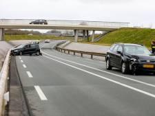 Auto eindigt tegen vangrail na botsing op rondweg Voorst