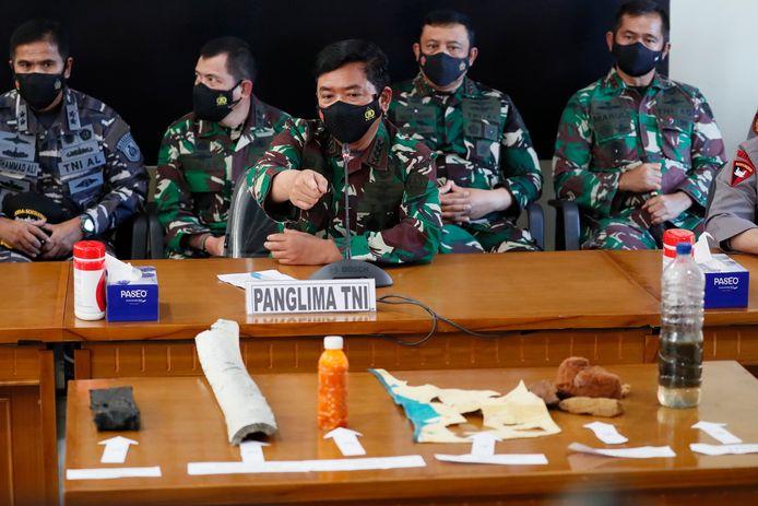 De Indonesische legechef Hadi Tjahjanto (midden) laat de gevonden wrakstukken zien tijdens een persconferentie