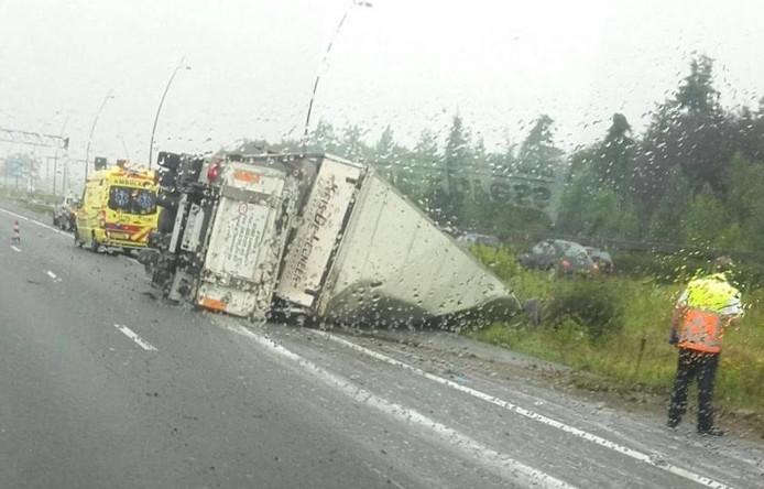 Gekantelde vrachtwagen op A2