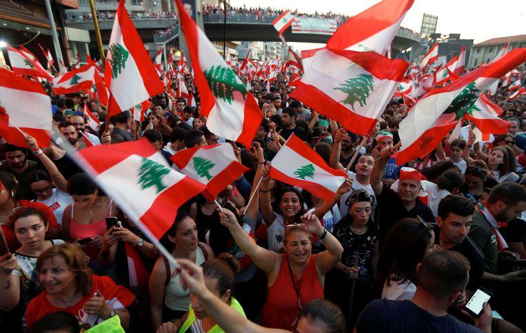 Demonstranten in Jal el Dib. Premier Hariri heeft gezegd dat hij openstaat voor vervroegde verkiezingen. Beeld REUTERS