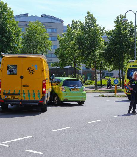 Flinke klap: bestelbus botst bovenop auto in Amersfoort