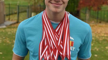 14-jarige Jarno pakt liefst 12 medailles op PK zwemmen
