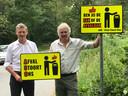 CDA-fractievoorzitter Johan Goos (links) en boswachter Harco Bergman met de 'Afval Stoort Ons'-borden.