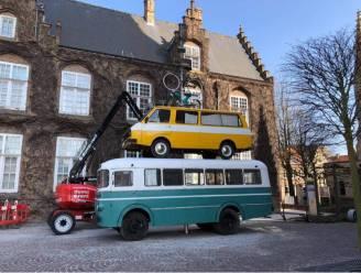 Wat doen deze gestapelde voertuigen in het centrum van Nieuwpoort?
