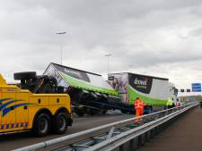 Gekantelde aanhanger van vrachtwagen blokkeert rijstroken op Moerdijkbrug