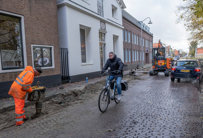 De nieuwe bekabeling aan het Kerkhof ZZ in Zierikzee ligt onder de grond. De weg wordt weer dichtgemaakt. In januari wordt de boel opnieuw overhoop gehaald en dan nog rigoureuzer.