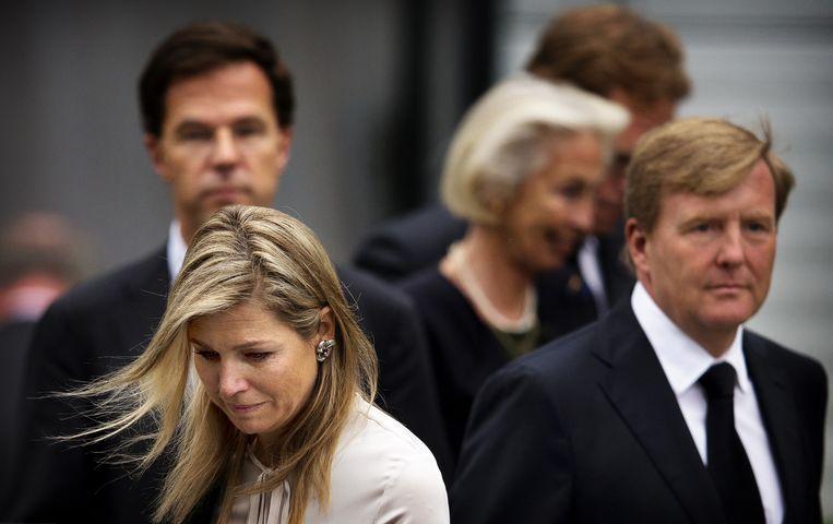 Koning Willem-Alexander, koningin Maxima en minister-president Mark Rutte vertrekken na de besloten bijeenkomst voor de nabestaanden van de slachtoffers van de vliegramp met de MH17 Beeld anp