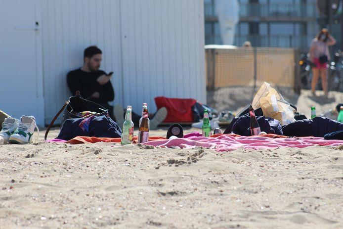 Een beeld van eind maart in Knokke: flesjes drank op het strand. Verboden te verkopen in strandbars, maar wel toegelaten te consumeren