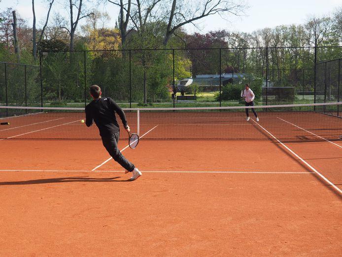 Dominique Monami speelt de vernieuwde gravelvelden in het Vrijbroekpark in Mechelen in. TSM-leerling Kevin Gardner moet zich reppen.