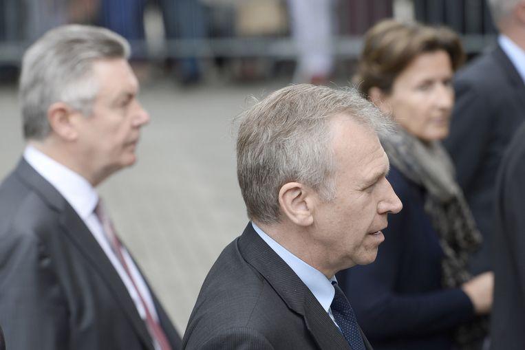 Voormalig premier Yves Leterme (vooraan) en Europees commissaris Karel De Gucht (links). Beeld BELGA