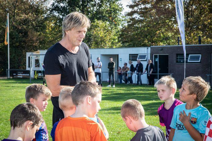 Voormalig profvoetballer Wim Kieft geeft een training bij de voetbalschool in Sint Philipsland.