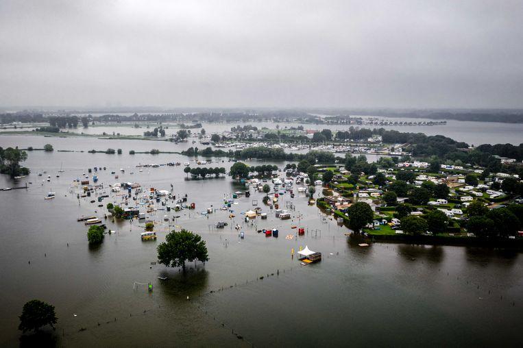 Caravans en campers staan onder water bij een camping bij Roermond. Vanwege de hevige regenval is de Maas naar een recordhoogte gestegen. Beeld ANP