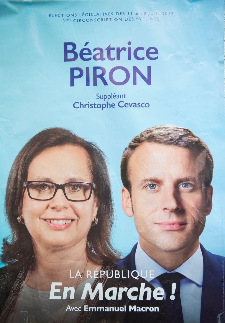 Béatrice Piron (l) op een verkiezingsposter van La République En Marche (LREM) samen met de Franse president Emmanuel Macron. Beeld steven wassenaar