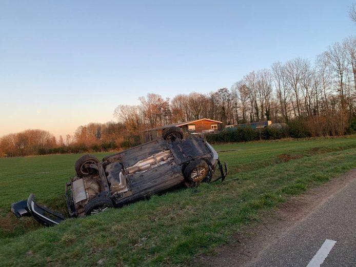 De auto kwam op de kop in de sloot terecht in Doetinchem.
