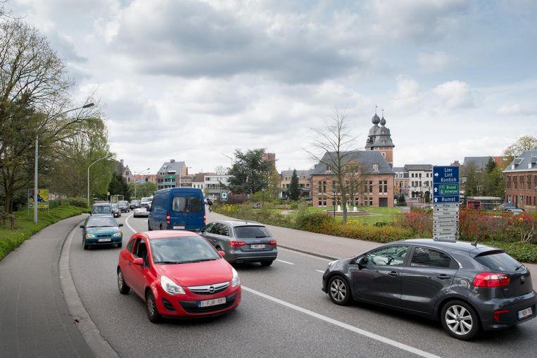 Druk verkeer aan de brug in Duffel-centrum.