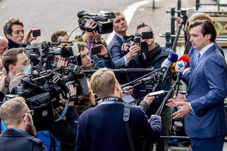 Thierry Baudet en vicevoorzitter Lennart van der Linden staan de pers te woord.  Beeld ANP