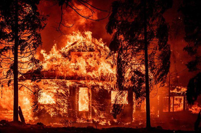 Pas moins de 5.400 hommes et femmes sont affectés au Dixie Fire, le plus gros incendie à ravager l'Etat cette année.