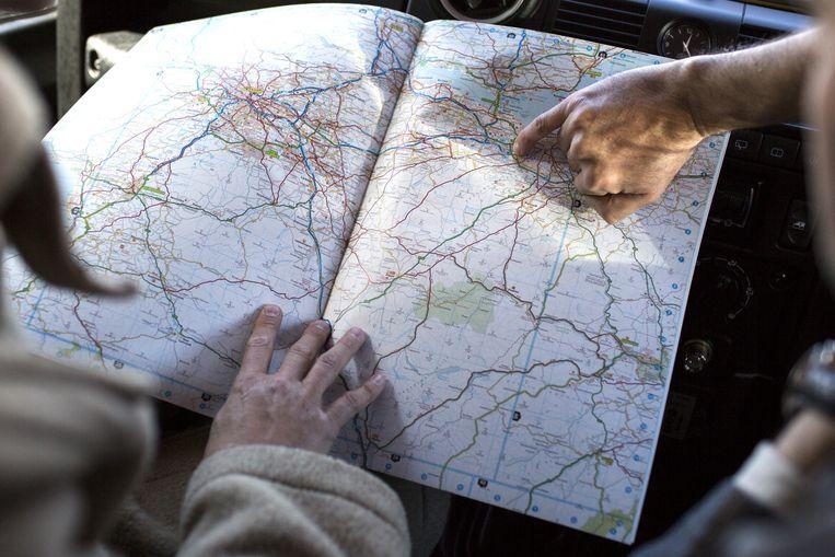 Advies van de verhuurder over mooie routes. Beeld Julius Schrank