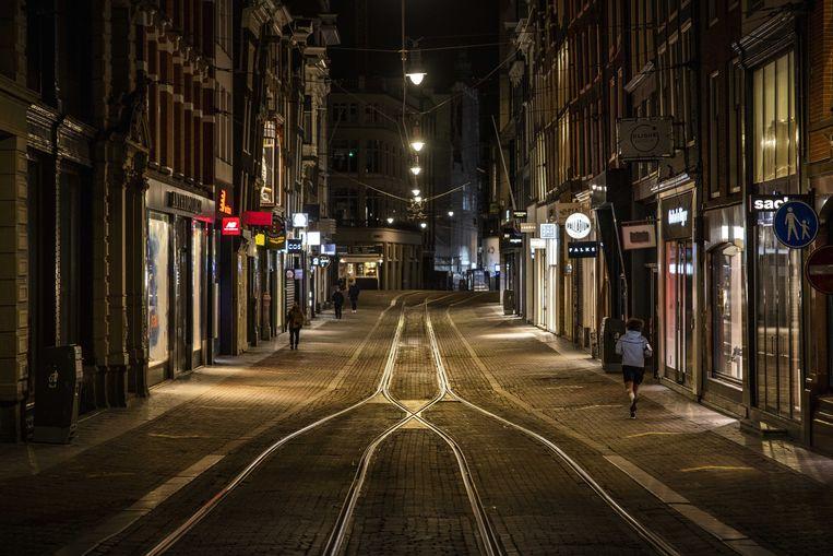 De onderzoekers zagen dat de meeste Amsterdammers zich braaf aan de avondklok hielden. Beeld ANP