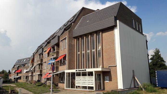 Bij appartementencomplex De Leeuwerik in Halsteren gaat behalve de drielaagse hoogbouw rond de jaarwisseling ook de laagbouw tegen vlakte om plaats te maken voor nieuwe woningen.