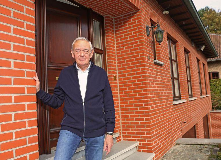 Herman Vernaillen aan de voordeur en de ramen die in 1981 onder vuur werden genomen.