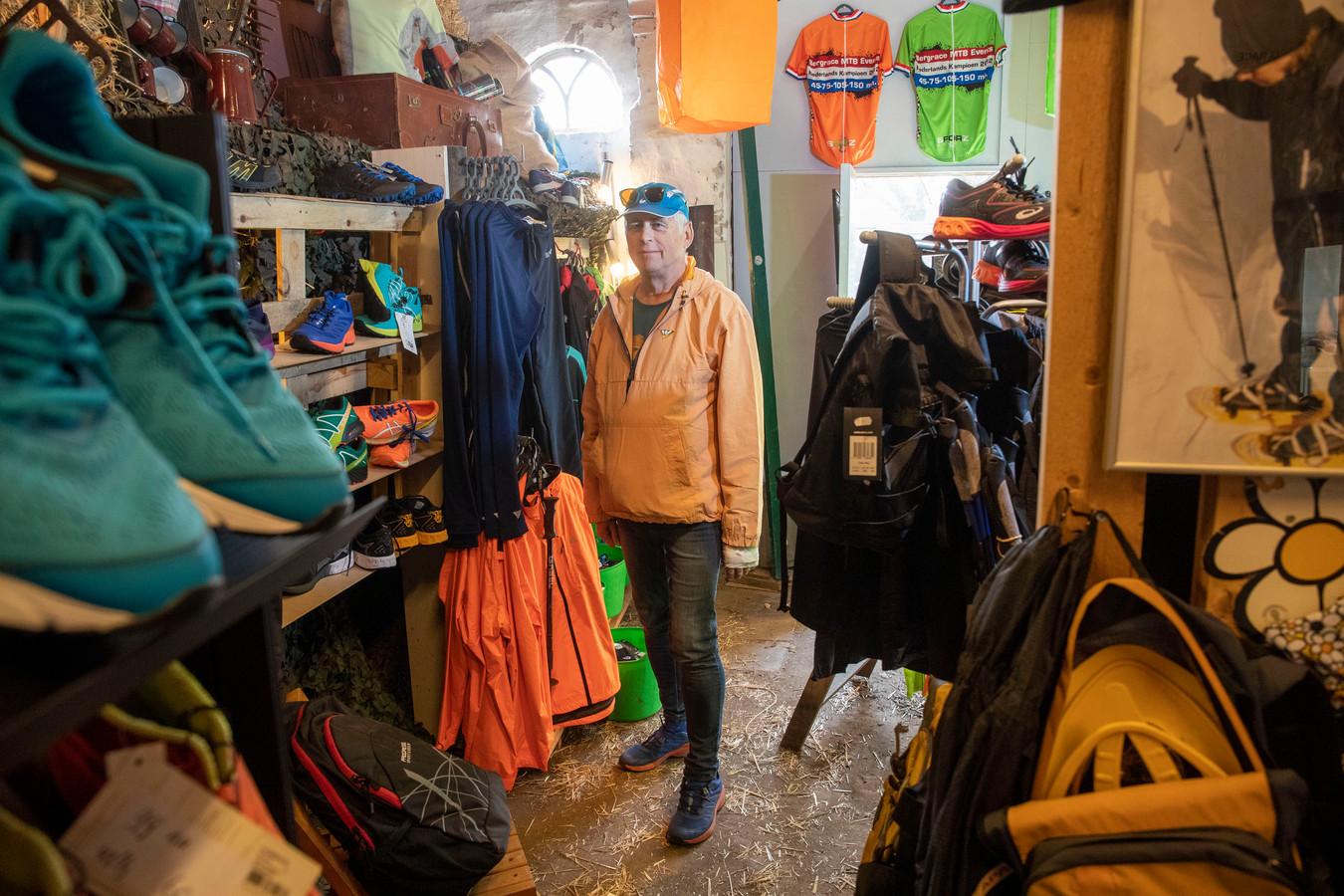 Hans Burgersdijk in zijn sportwinkel annex kinderboerderij.