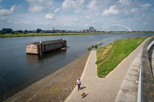 De steiger bij het botenhuis in de Spiegelwaal bij Nijmegen is niet meer bereikbaar.