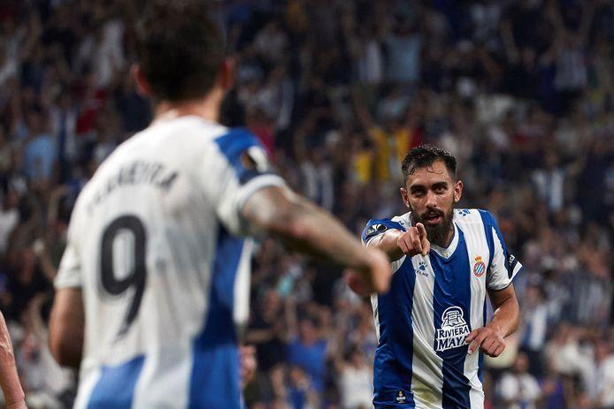 Borja Iglesias bedankt zijn ploeggenoot na een treffer voor Espanyol.