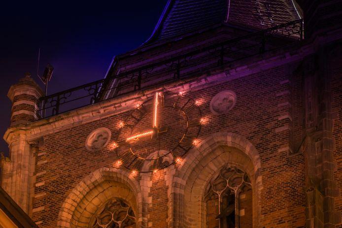 De klok op de Grote Toren van Gorinchem geeft negen uur aan: het tijdstip waarop zaterdag voor het eerst de avondklok inging.