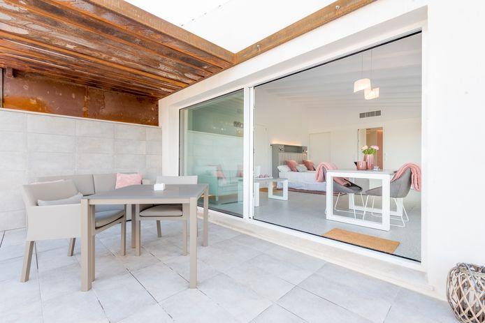 Om te vermijden dat je teveel zonnewarmte binnenkrijgt, is een luifel boven je ramen of een terrasoverkapping een aanrader.