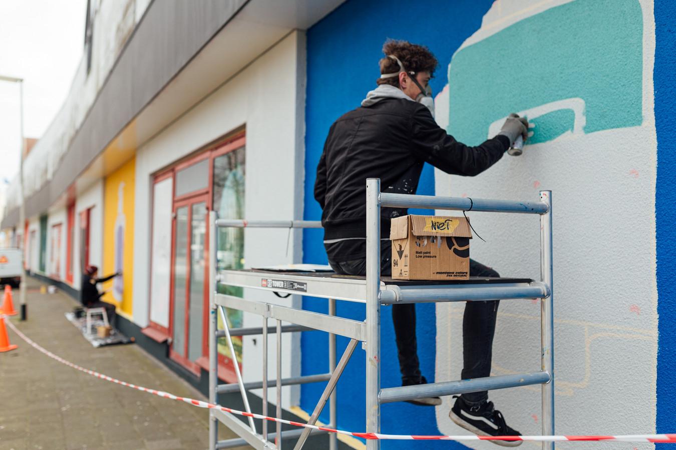 Kunstenaar Tom Onrust aan het werk bij Blind Walls Gallery bij winkelcentrum Lunet