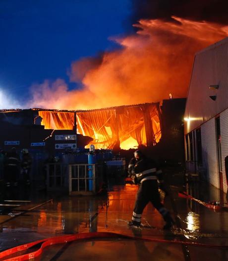 Uitslaande brand verwoest pand autohandelaar F van Boxtel in Eindhoven, gebouw deels ingestort