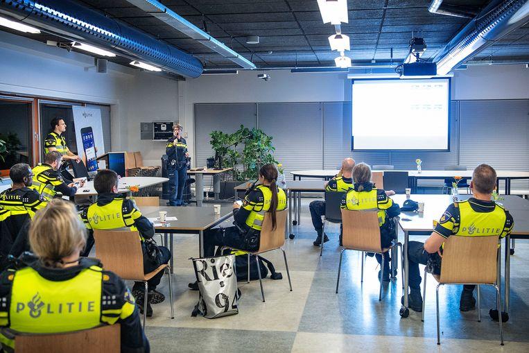 In Zaandam krijgt de politie instructies voor Oudjaarsnacht. Beeld Guus Dubbelman / de Volkskrant