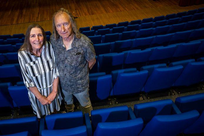 Lydia Looyen en Luuk Frijlink in theater De Heerd, waar de voorstelling gaat plaatsvinden.