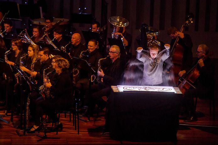 Sint Gregorius uit Haaren tijdens een optreden in de Tilburgse Concertzaal, in 2017, samen op met zandkunstenaar Immanuel Boie.